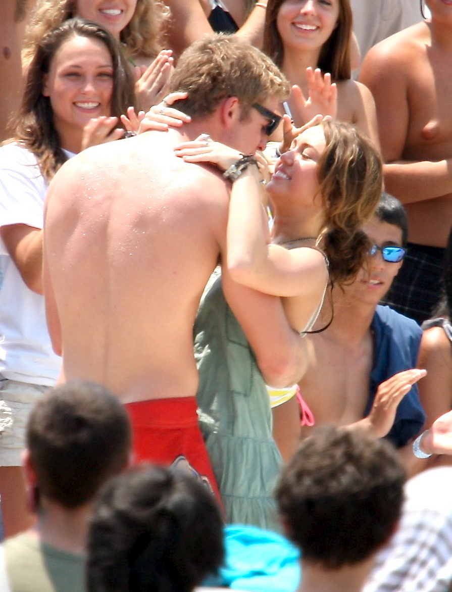 Miley cyrus kissing girl nakef opinion